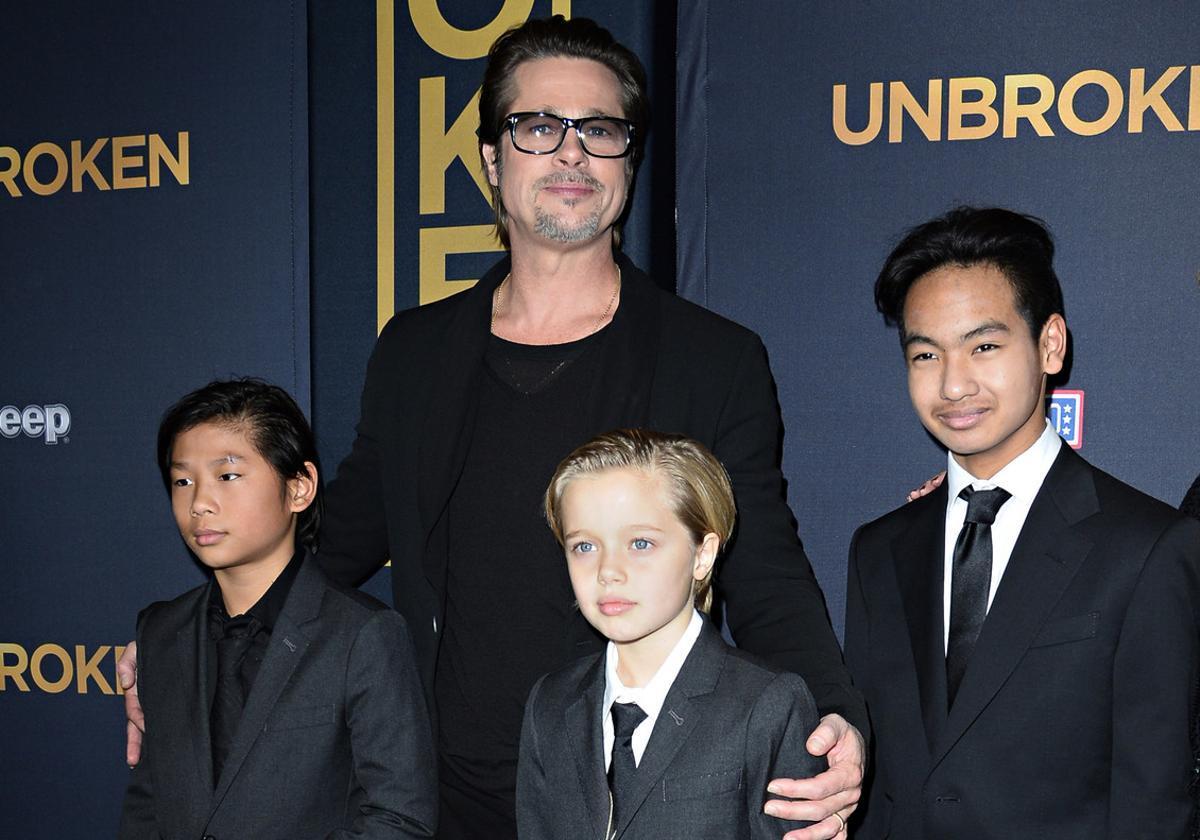 Imagen de diciembre del 2014 en la que Brad Pitt posa con sus hijos Pax (izquierda), Shiloh (centro) y Maddox, en el estreno en Los Ángeles de la película 'Unbroken', la segunda película como directora de Angelina Jolie.