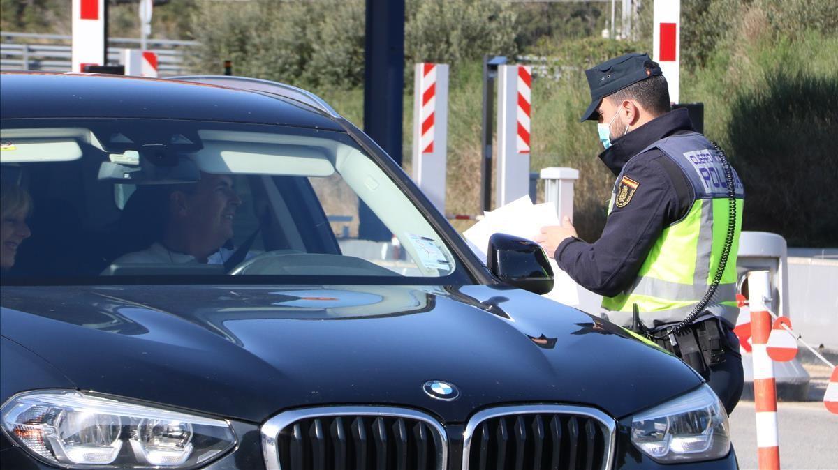 Un agente de la Policía Nacional solicita el documento que acredite una PCR negativa a un ciudadano francés.