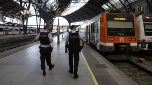 Una patrulla de los Mossos vigila los andenes de la Estación de França.