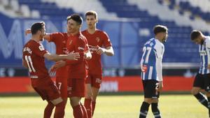 Kike Barja corre a abrazara Ronaglia tras el 0-2 ante unos abatidos Óscar Gil y David García.