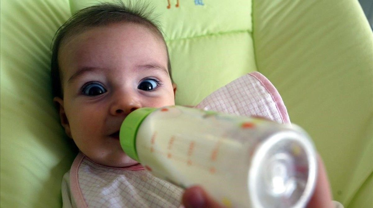 Un bebé toma el biberón.