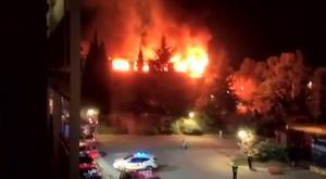 Las llamas en la tercera planta de la sede central de Bombers, esta madrugada.