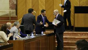 Juan Marín (Cs), Juan Manuel Moreno Bonilla ( PP) y Alejandro Hernández (Vox),en el Parlamento regional.
