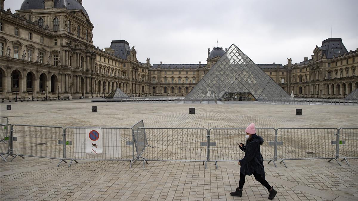 Una barrera metálica impide el paso al complejo del museo del Louvre este jueves, en París.
