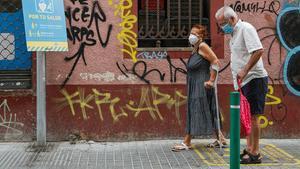 Una pareja de la tercera edad pasea por el barrio de la Torrassa, en L'Hospitalet, este domingo.