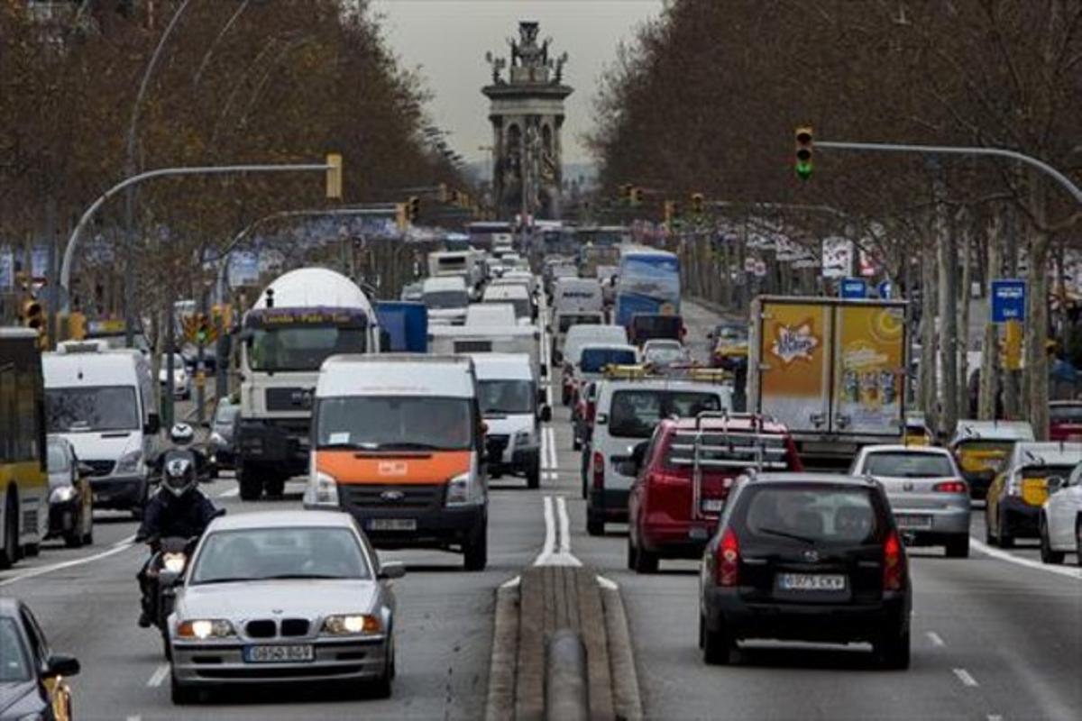 Tráfico muy intenso en la Gran Via barcelonesa.