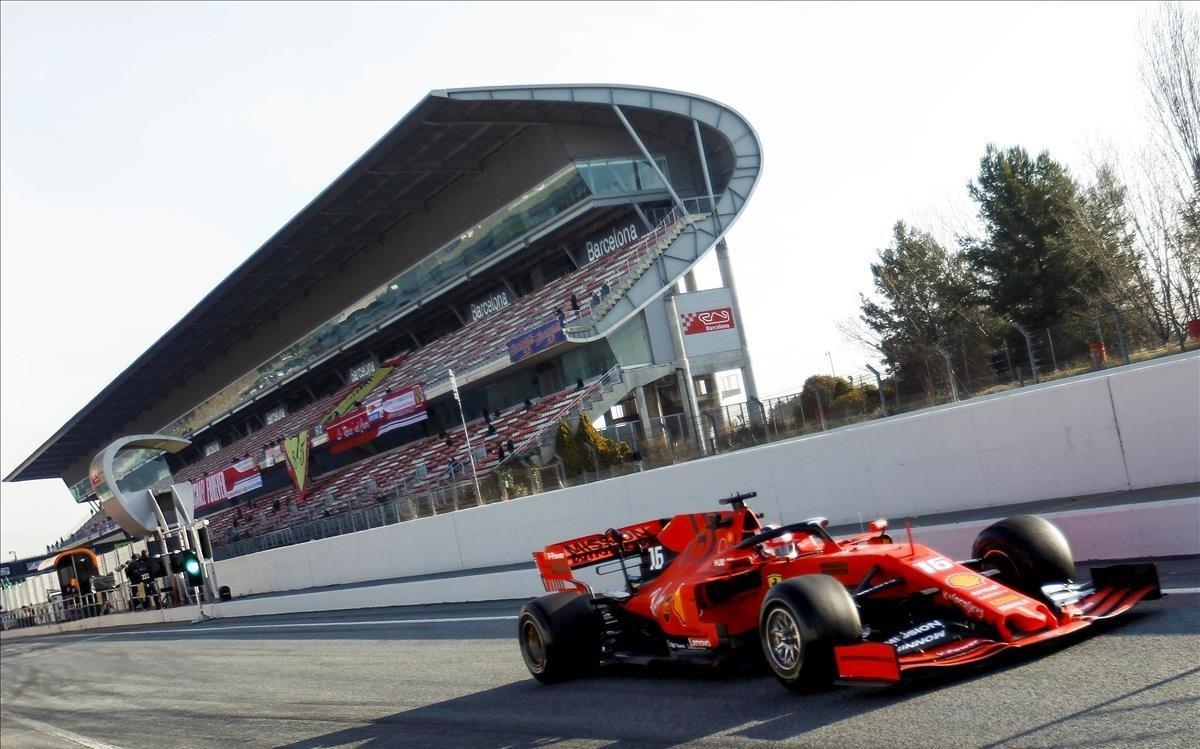 Una imagen de un Ferrari pasando por delante de una de las tribunas de Montmeló