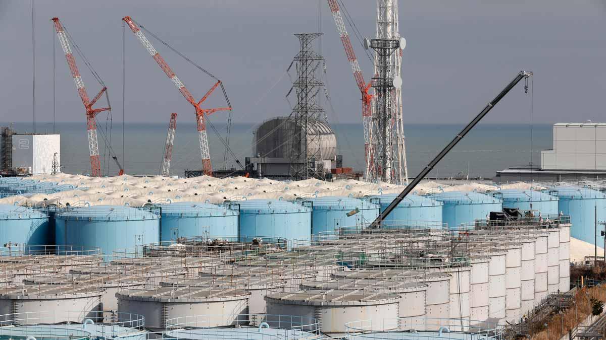 Japón decide verter al Pacífico el agua procesada de la central de Fukushima.