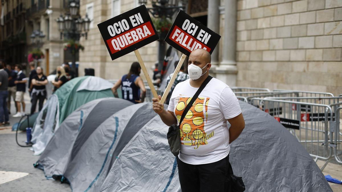 El sector del ocio nocturno inicia una huelga de hambre y una acampada indefinida en la plaça Sant Jaume