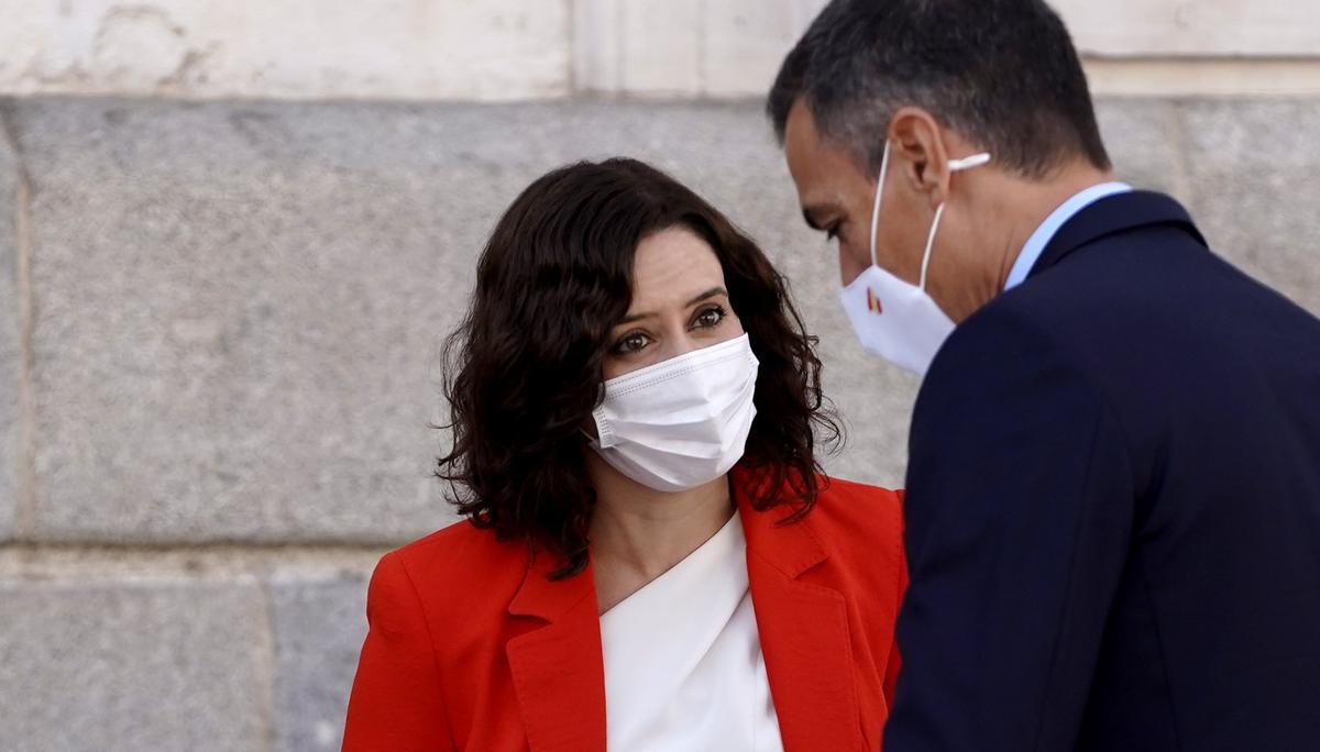 Isabel Díaz Ayuso recibe a Pedro Sánchez en la Puerta del Sol, sede del Gobierno de Madrid, el 21 de septiembre.