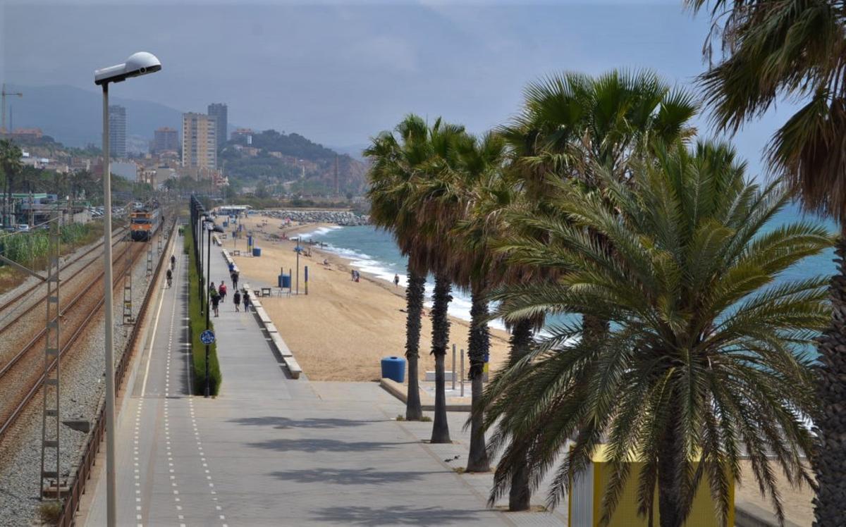 Playa de Badalona, junto a la vía del tren.