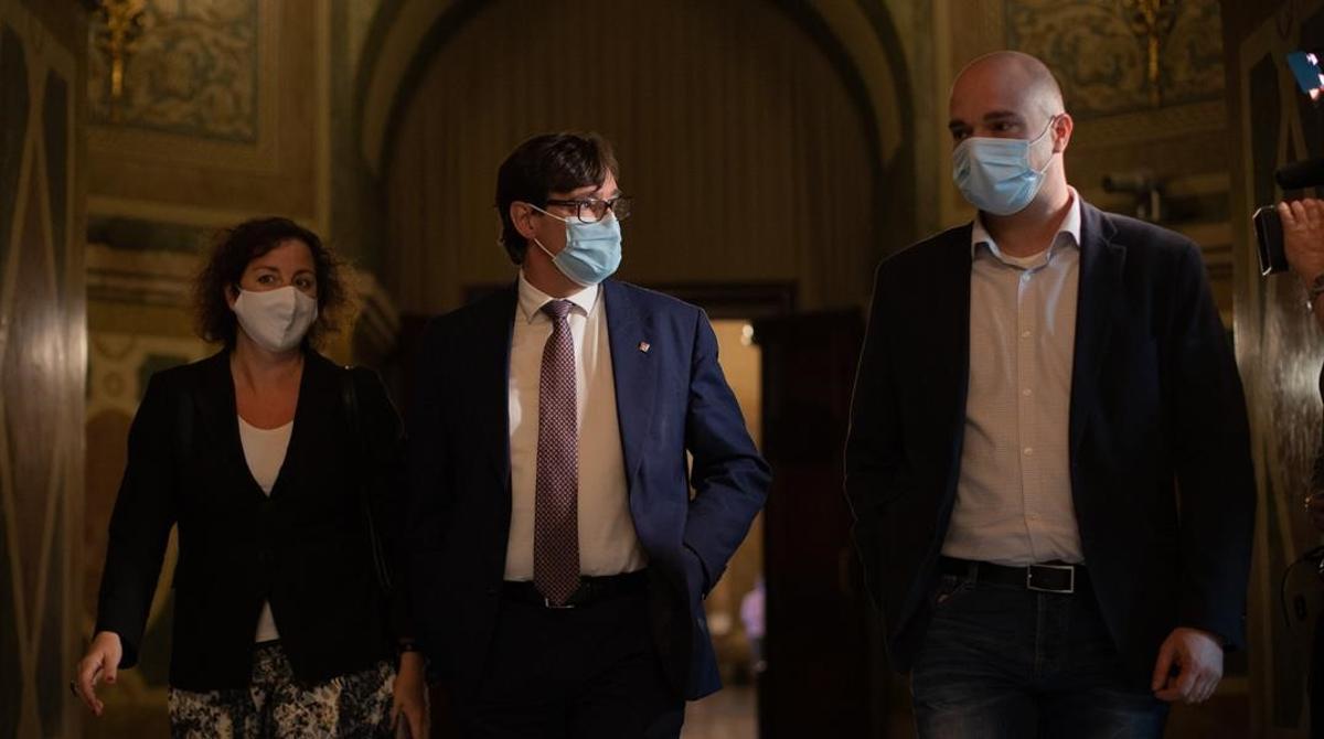 Salvador Illa, en el centro, acompañado de Alicia Romero y Raúl Moreno, en los pasillos del Parlament.