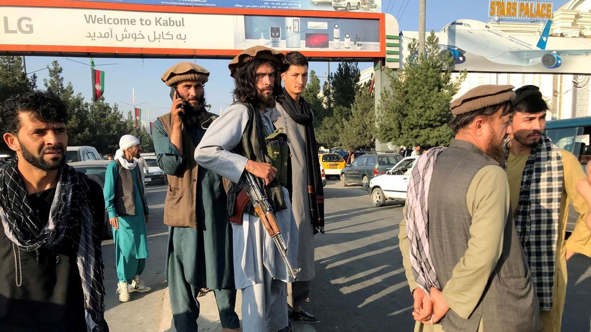 Un grupo de talibanes monta guardia a las afueras del aeropuerto Hamid Karzai de Kabul, el pasado 16 de agosto.