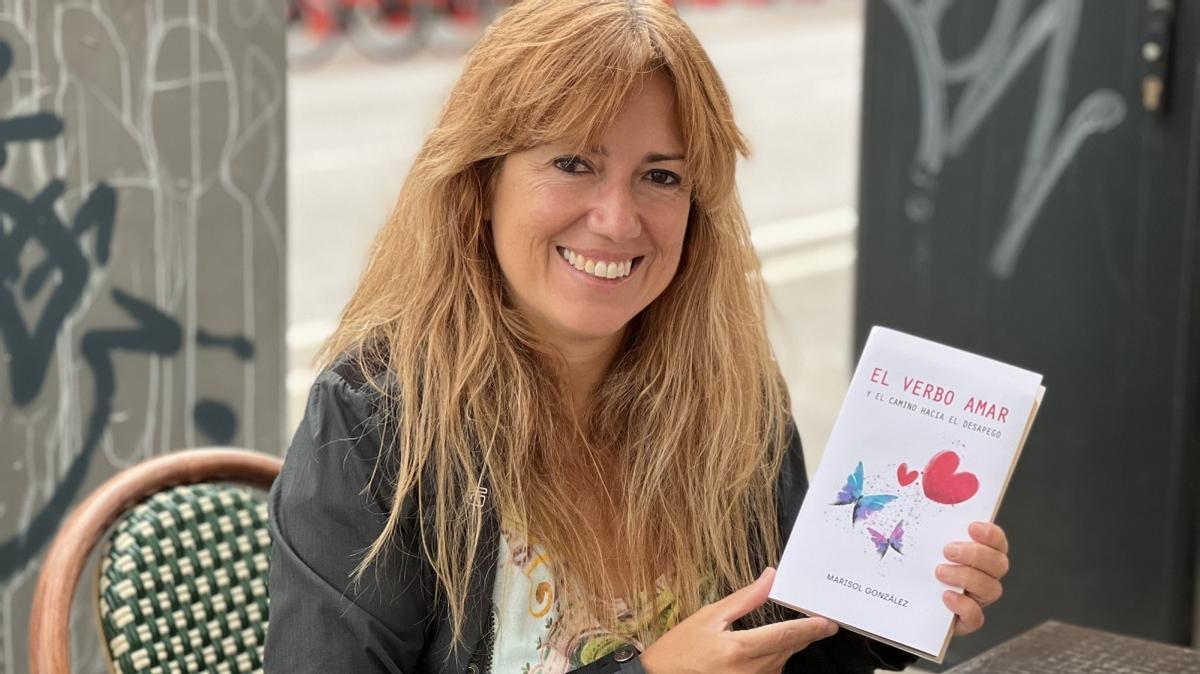 La escritora debutante, Marisol González, con un ejemplar de su libro.