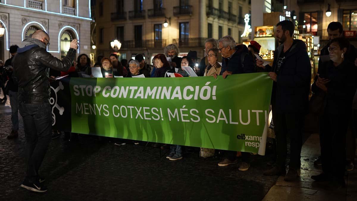 Barcelona Eixample canta una versión del 'Fum fum fum' en la plaza de Sant Jaume.