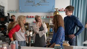 La directora Emerald Fennell (centro) con el equipo durante una pausa en el rodaje.