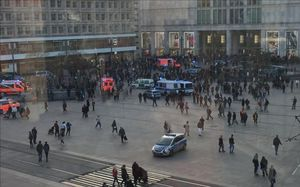 Presencia policial en la berlinesa Alexanderplatz tras el enfrentamiento propiciado por dos youtubers rivales.
