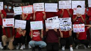 Los alumnos del Conservatori Profesional Dansa del Institut del Teatre, antes de una performance en el atrio del centro de protesta. Muestran carteles con frases de los profesores críticas con su cuerpo y su capacidad.