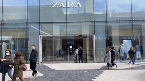 Tienda cerrada de Zara (Inditex) en el centro comercial Glòries durante la pandemia.