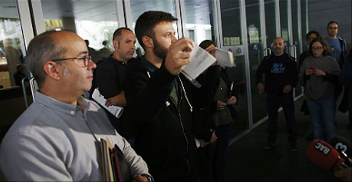 El alcalde accidental de Badalona, Oriol Lladó (i), y el tercer teniente de alcalde, Josep Téllez, rompen la resolución judicial.