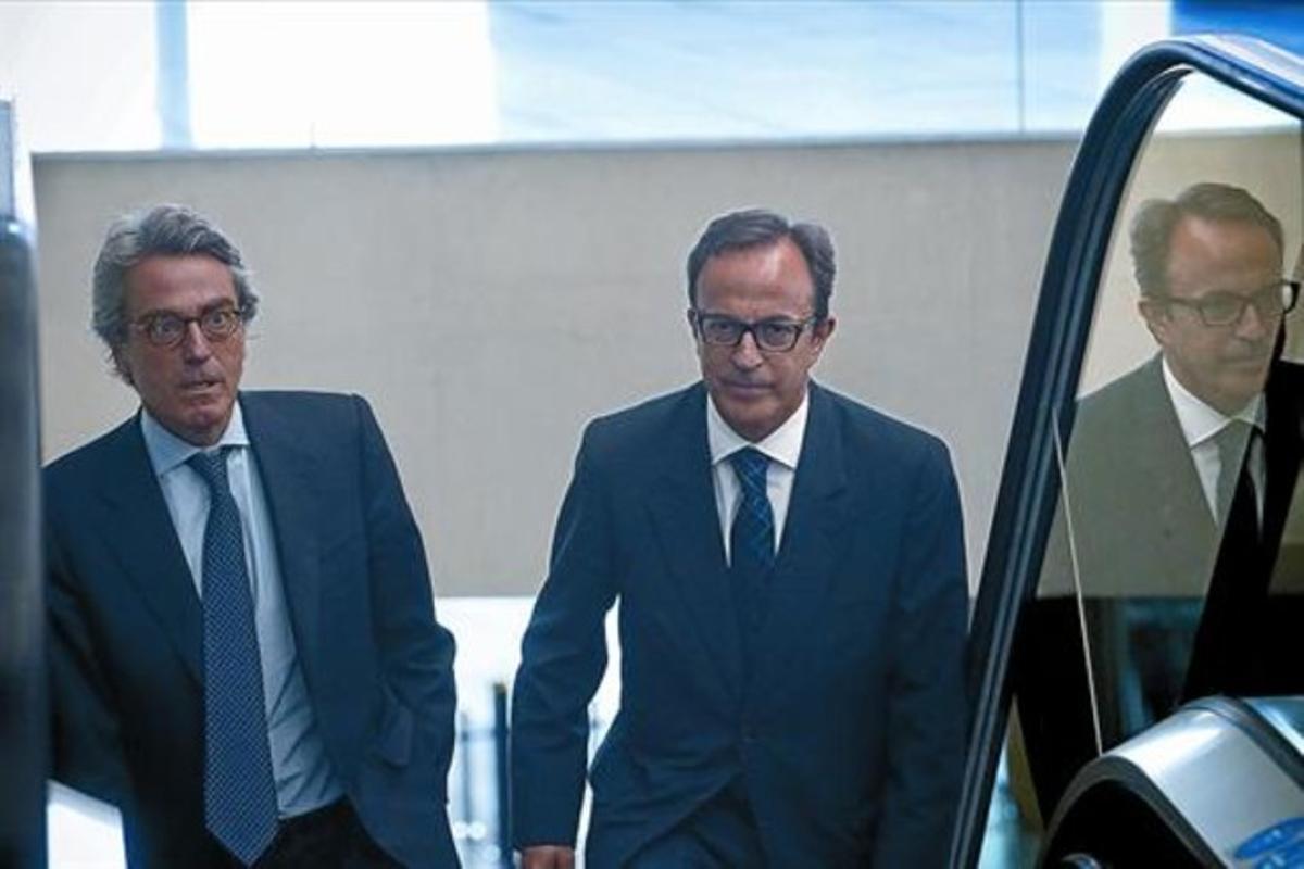 El empresario catalán Joaquim Boixareu (derecha) llega a la Ciutat de la Justícia de Barcelona, ayer.