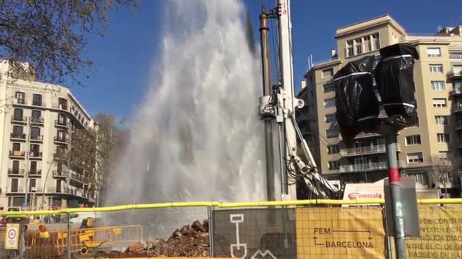 Espectacular fuga de agua en paseo de Sant Joan con Diagonal