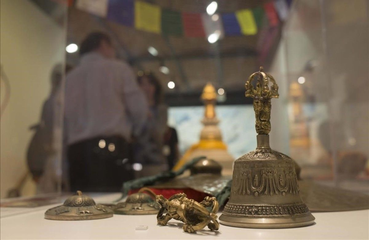 Detalle de elementos tradicionales de la cultura tibetana, en la muestra del Museu d'Història de Catalunya sobre las influencias reales que Hergé trasladó a 'Tintín en el Tíbet'.