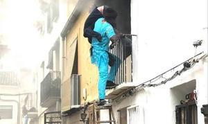 El héroe senegalés rescatando a un hombre con movilidad reducida, este 6 de diciembre