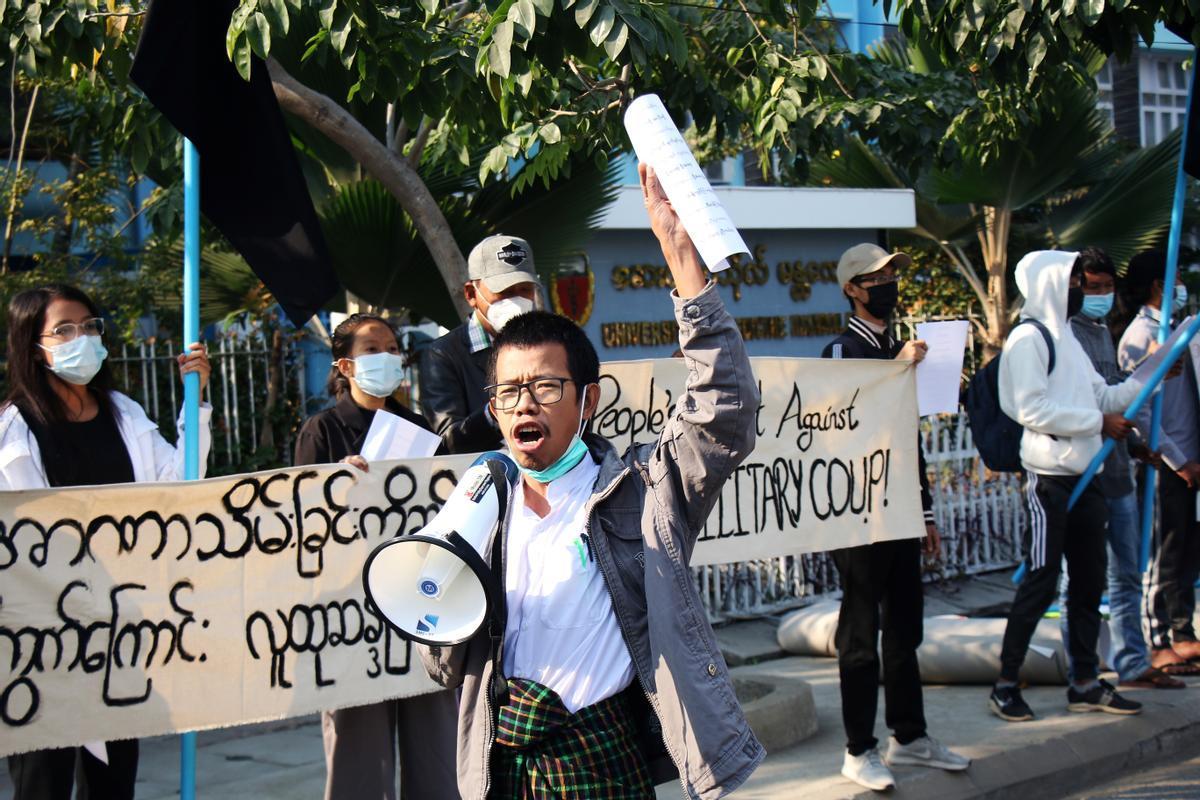 Un grupo de manifestantes protestan contra el golpe militar birmano frente a la Universidad de Mandalay, este jueves.