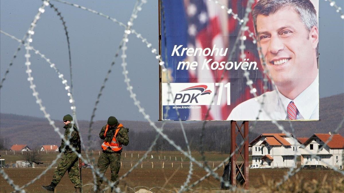 Un retrato del exprimer ministro kosovar Hashim Thaci, en el punto de control de la OTAN de Gerlica (Kosovo), el 13 de febrero del 2008.