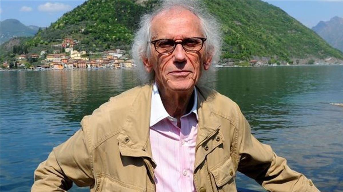El artista Christo en el Lago Iseo de Italia.
