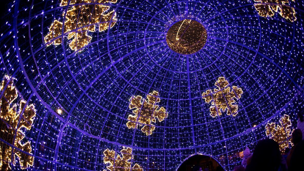 -FOTODELDIA- PAMPLONA (NAVARRA)  13 12 2020 - Imagen del interior de la bola iluminada transitable que forma parte de la decoracion navidena instalada en la Plaza San Francisco de Pamplona  EFE Villar Lopez