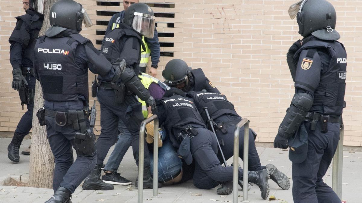 Agente de policía reducen a una persona en el colegio Cappont de Lleida.