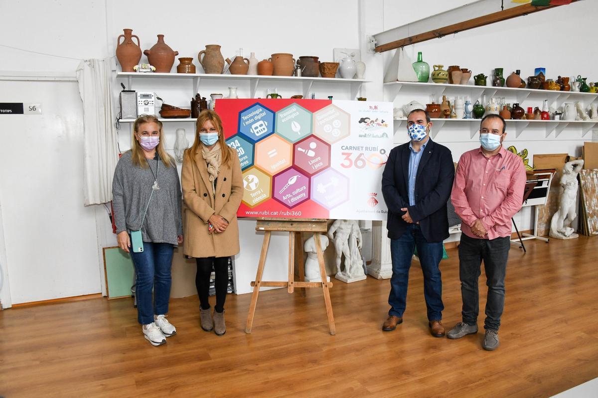 La alcaldesa de Rubí, el concejal de Educación, la directora de la escuela Montessori y el director de esRa con una simulación del 'Carnet Rubí 360'
