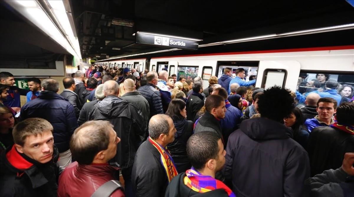 Imagen de la estación de metro de Les Corts instantes antes del Clásico