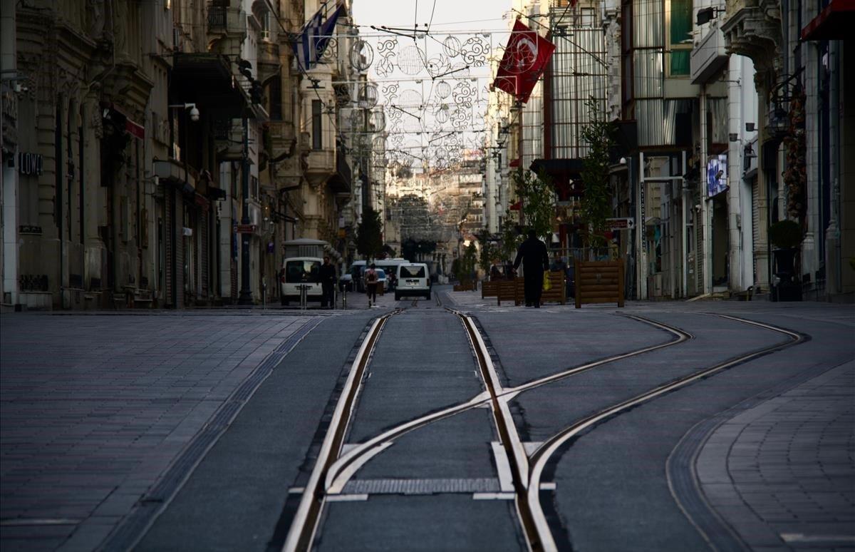La avenida Istikal, la mayor arteria comercial de Estambul, completamente vacía.