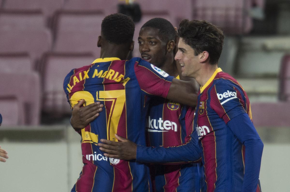 Ilaix felicita a Dembélé por su gol.