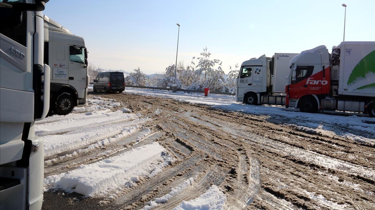 Vehículos parados por culpa de la nieve presente en la C-25, a la altura de Gurb.