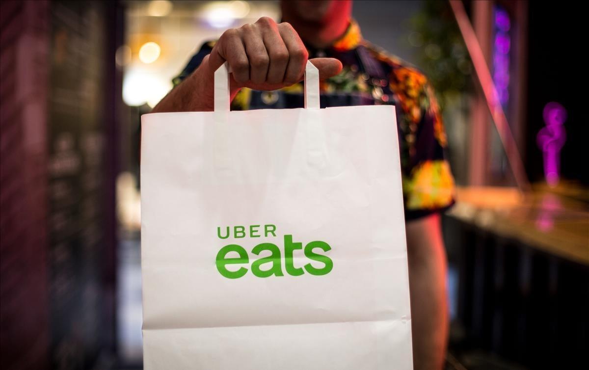 Una bolsa de Uber Eats, el nuevo servicio de comida a domicilio.