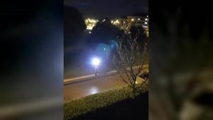 Captura del vídeo filmado por Chenoa desde su ventana en el que se ve a la supuesta periodista también grabando.