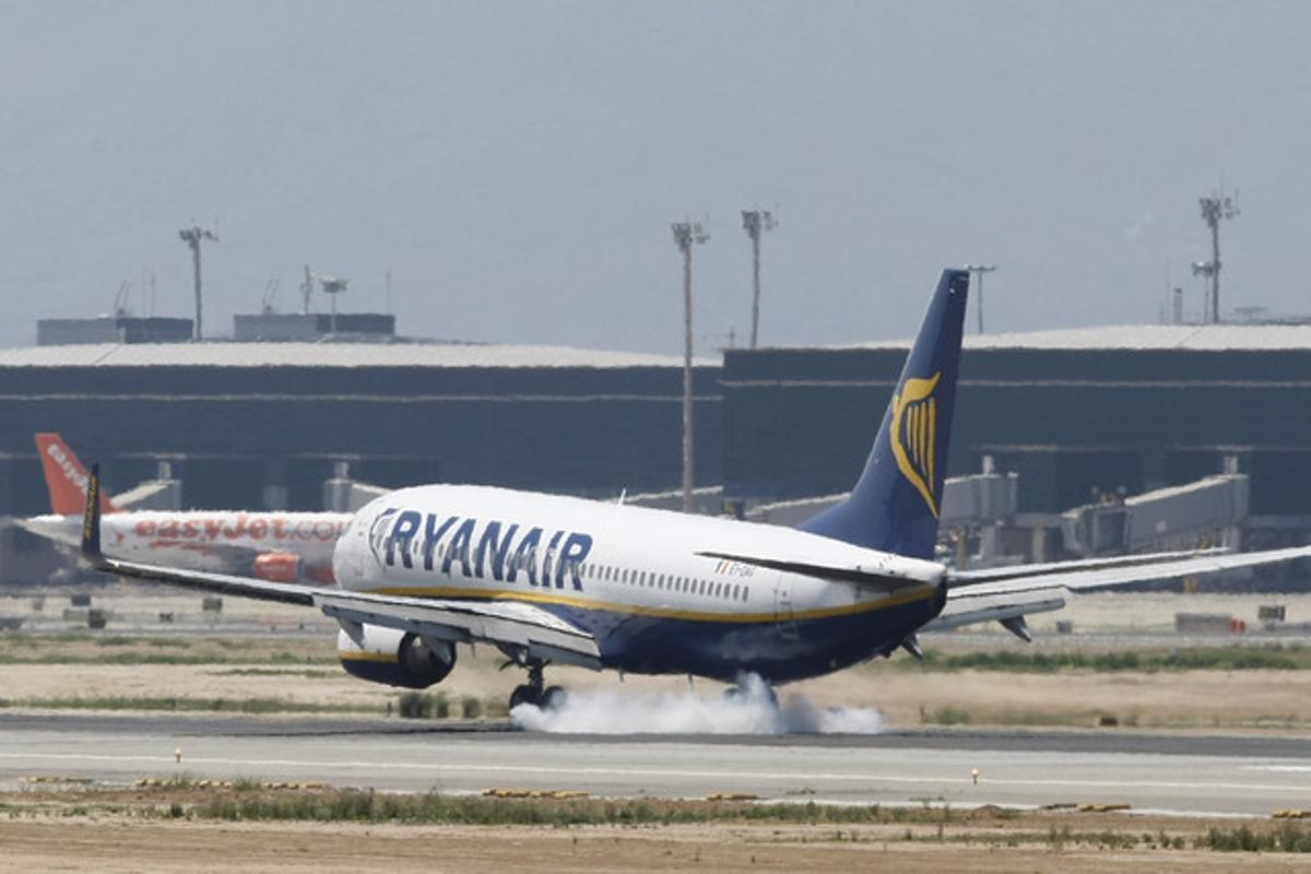 Un avión de Ryanair aterriza en el aeropuerto de El Prat.