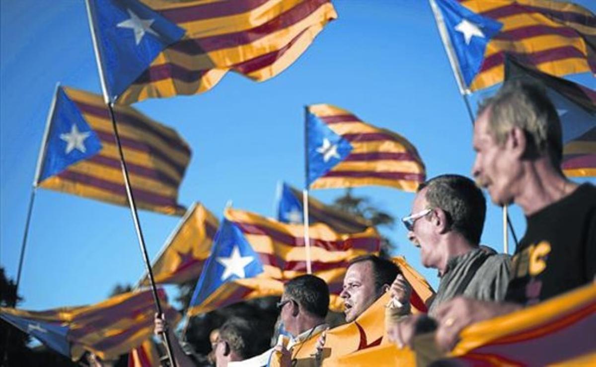 Independentistas ondean sus 'estelades' en Barcelona, en octubre pasado.