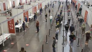 Varias personas en espera de vacunarse, el pasado abril.
