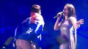 El 'eurofan' con la bandera australiana que ha saltado al escenario de Eurovisión y ha enseñado el culo.