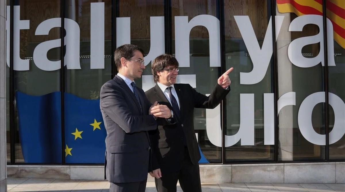 Amadeu Altafaj, junto a Puigdemont, durante una reunión en Bruselas en mayo del 2016.