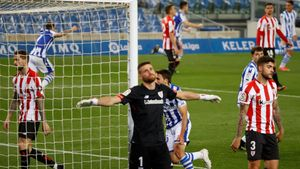 El portero Unai Simón, resignado tras encajar el tanto del empate de la Real.