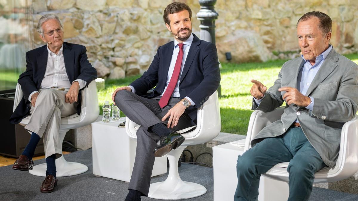 Casado (centro) y el exministro Rafael Arias Salgado (izquierda) escuchan las palabras del también exministro Ignacio Camuñas, este lunes en un acto del PP en Ávila.