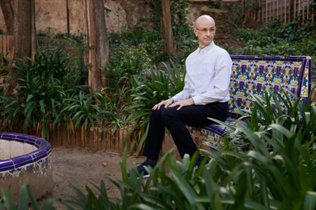 El bailarín y coreógrafo Cesc Gelabert, en los jardines del Centre L'Alba, ubicada en la calle de Portolà, 6.