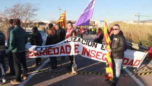 Un piquete informativo en el polígono norte corta al tráfico la T-750 durante la huelga del sector petroquímico en Tarragona.