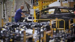 Un operari, a la planta de Ford d'Almussafes (València).